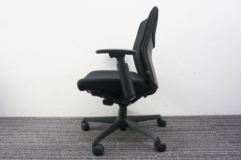 オカムラ エスクード 可動肘 ブラック 特価品