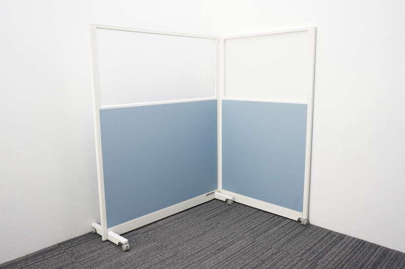 オカムラ スタンドパネル 2枚 樹脂ガラスパネル ペールブルー W1230+900 D422 H1500